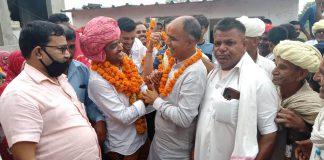 आरएएस परीक्षा में प्रदेश में दूसरा स्थान प्राप्त करने वाले मनमोहन शर्मा का स्वागत, अभिनन्दन करते विधायक चौधरी