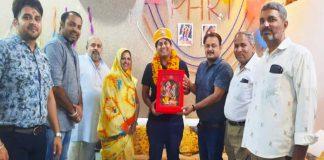 उपखंड अधिकारी डॉ. राकेश कुमार मीणा के स्थानान्तरण के पश्चात सम्मान कर विदाई देते पालिकाध्यक्ष व अन्य भाजपाई