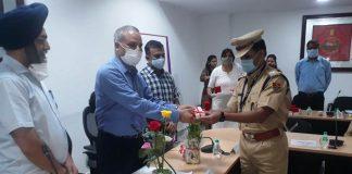 पुलिस महानिदेशक इंटेलिजेंस उमेश मिश्रा टोंक एएसपी बैरवा को केंद्रीय गृह मंत्रालय के पदक व प्रमाणपत्र से सम्मानित करते हुए
