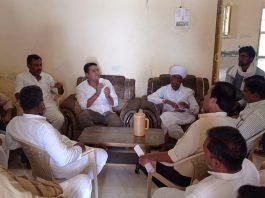 -पूर्व उपमुख्यमंत्री व टोंक विधायक पायलट के जन्मदिन पर पौधे लगाने को लेकर चर्चा करते कांगे्रसजन