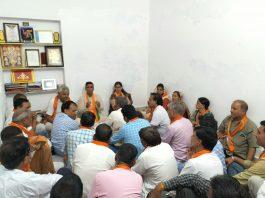 सशक्त मंडल अभियान को लेकर भाजपा शहर मंडल कार्यालय में आयोजित बैठक में चर्चा करते भाजपाई